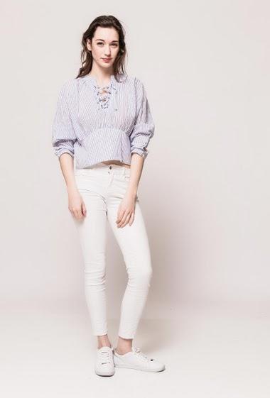 Blouse avec lacet, rayures bicolores, manches avec boutons. La mannequin mesure 177cm et porte du S/M