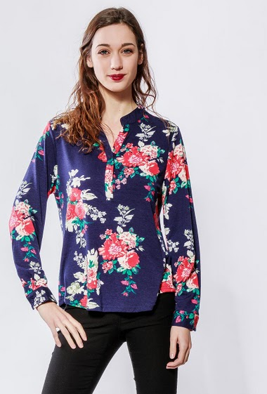 Printed shirt with printed flowers. The model measures 177cm and wears S/M