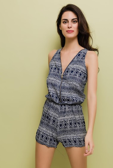 Sleeveless playsuit, zip V neck. The model measures 176cm and wears S/M. Length:80cm