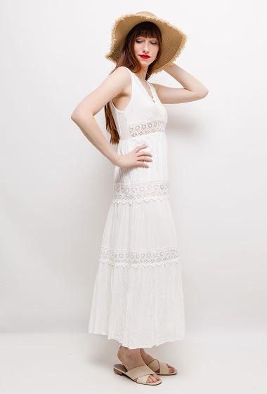Robe longue sans manches avec détail en dentelle. La mannequin mesure 174cm et porte du S/M. Longueur:125cm