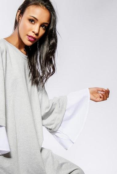 Robe sweat avec manches larges et bordure contrastantes. La mannequin mesure 170cm et porte du S/M
