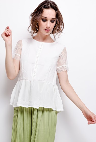 Blouse with open back and lace. The model measures 177 cm