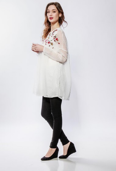 Spotted tunic, transparent sleeves, fluid fabric, embroideries. The model measures 177cm and wears S/M