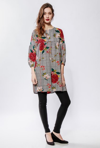 Checked tunic, printed flowers, loose fit. The model measures 177cm and wears S/M