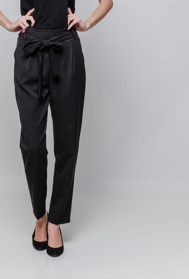 Pants with stretch fabric, belt, elastic waist, pockets. The model measures 177cm and wears T2