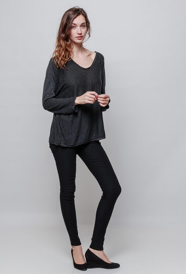 Knitted sweater, V neck, loose fit. The model measures 177cm, one size corresponds to 38-40