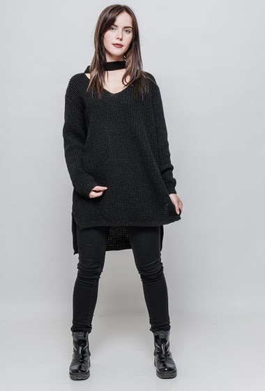 Long and loose ribbed sweater, choker neck, long sleeves, side splits, regularfit. The model measures 172cm, one size corresponds to 38-44