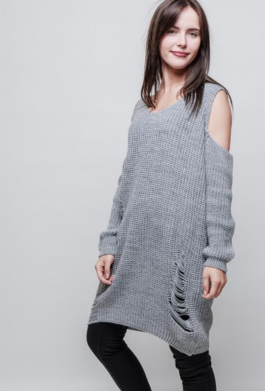 Destroyed knitted tunic, cold shoulder design, long fit. The model measures 172cm, one size corresponds to 38-44