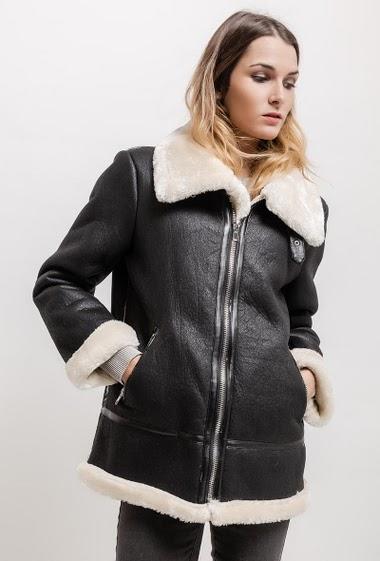 Suede coat, fur inner. The model measures 170cm and wears S. Length:75cm