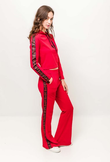 Hoodie and pants with zip closure. The model measures 177cm and wears S