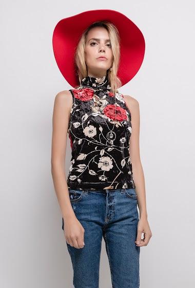 Top à imprimé fleurs, collier. La mannequin mesure 171cm, TU correspond à 38/40. Longueur:54cm