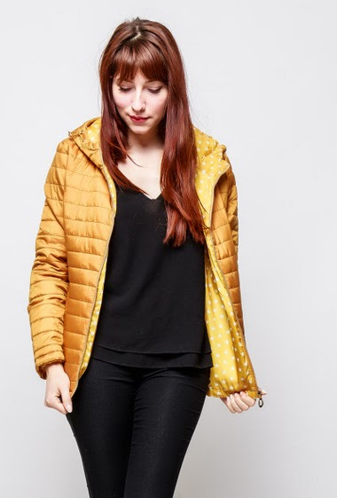 Quilted jacket, hood, zipped pockets, lining with printed stars. The model measures 174cm and wears M