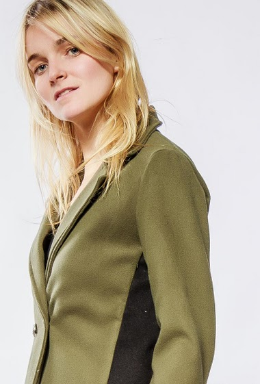Coat with hood and contrasting fabric on the side. The model measures 175cm and wears S