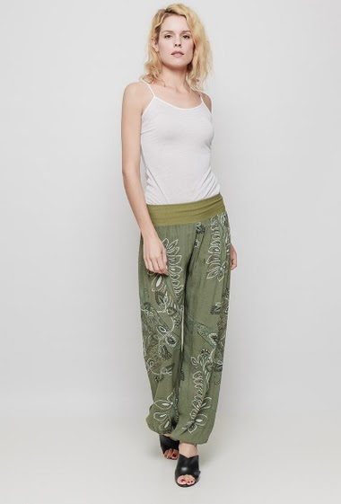 Relaxed pants, elastic waist, printed flowers, adjusted ankles. The mannequin measures 177 cm, TU corresponds to 38/40