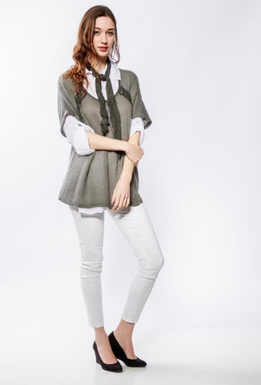 Sweater with lace yoke, white shirt, scarf. The model measures 177cm, one size corresponds to 10/14