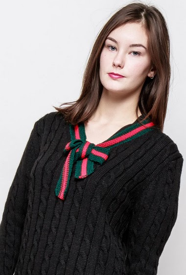 Sweater with V neck and bow, twisted knit. The model measures 172cm, one size corresponds to 38-40