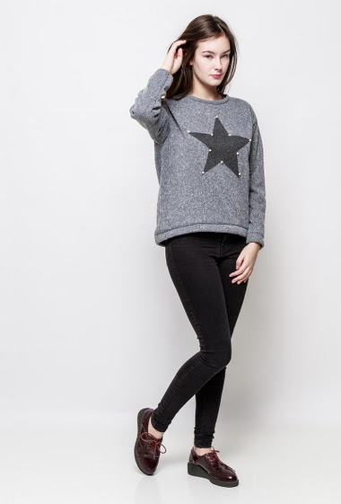 Sweatshirt with printed star and pearls. The model measures 172cm, one size corresponds to 38-40
