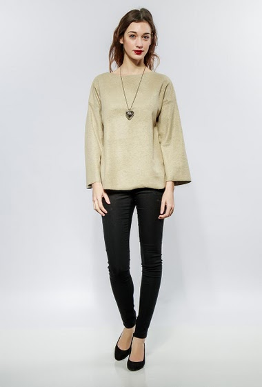 Top with 3/4 sleeves, fancy necklace, rigid fabric. The model measures 177cm, one size corresponds to 38-42