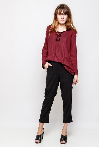 Textured top. The model measures 178cm, one size corresponds to 38-42