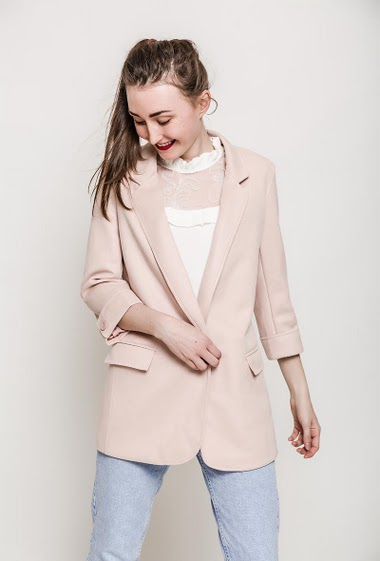Blazer with padded shoulder, peach skin touch, pockets. The model measures 177cm and wears S. Length:85cm