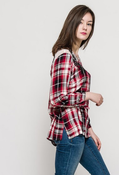 Soft blouse with transparent yoke. The model measures 172cm and wears M. Length:78cm