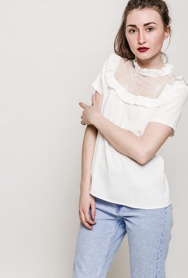 Blouse with lace yoke, mini ruffles, short sleeves. The model measures 177cm and wears S. Length:65cm
