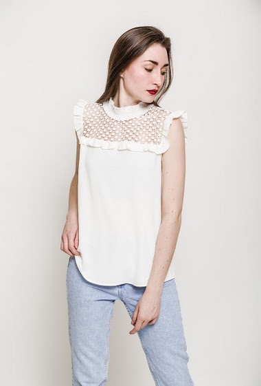 Blouse with lace yoke, mini ruffles. The model measures 177cm and wears S. Length:65cm