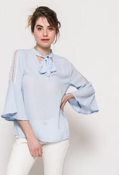 Blouse with flared sleeves, tie collar, fluid fabric. The model measures 176cm and wears S. Length:69cm