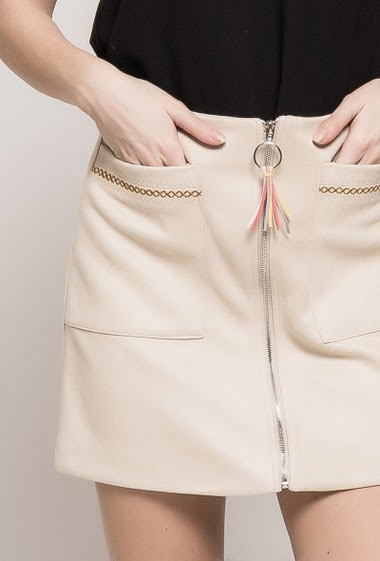 Suede skirt, zip closure, pacth pockets, embroidered detail. The model measures 175cm and wears M