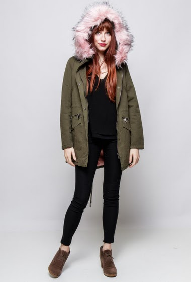 Cotton parka, fur lining, hood decorated with removable fur, pockets, drawstring. The model mesasures 174cm and wears M