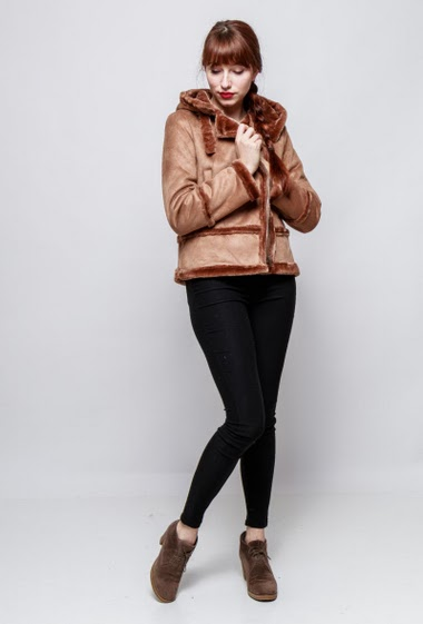 Suede coat with fur, hood, pockets, zip closure. The model mesasures 174cm and wears M