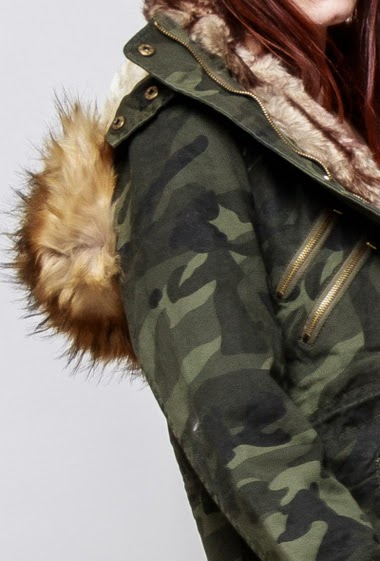 Camo cotton parka, fur lining, removable hood decorated with removable fur, pockets, drawstring. The model mesasures 174cm and wears M