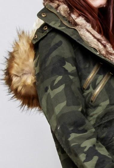 Parka militaire en coton, intérieur en fourrure, capuche amovible ornée de fourrure amovible, poches, cordons de serrage. La mannequin mesure 174cm et porte du M
