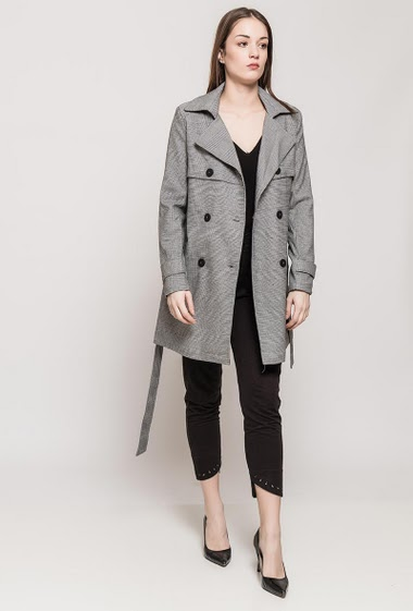 Double breasted trench, pockets, belt. The model measures 175cm and wears S