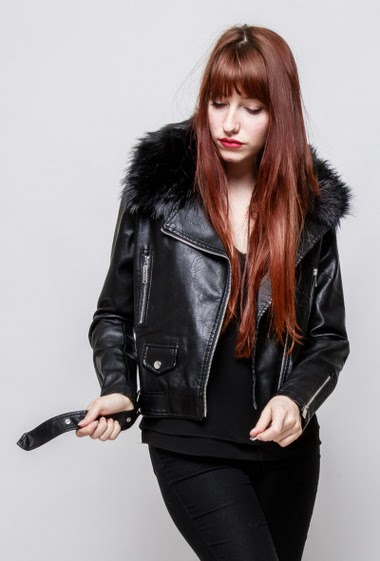 Fake leather jacket, belt, removable fur collar, pockets. The model mesasures 174cm and wears M