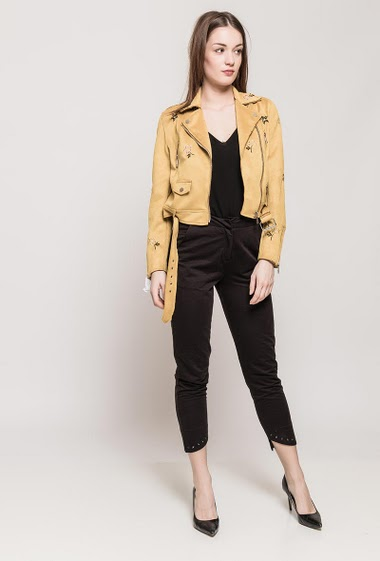 Biker suede jacket, embroidered flowers, belt. The model measures 175cm and wears M