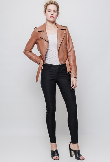 Leatherette jacket, belt, zipped cuffs. The mannequin measures 177 cm and wears S