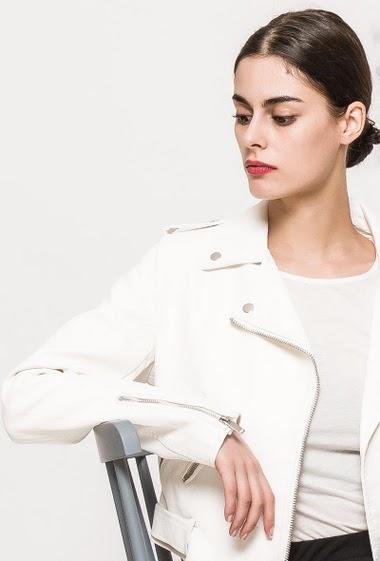 Veste en similicuir, poches zippées, ceinture. La mannequin mesure 176cm et porte du M. Longueur: 60cm