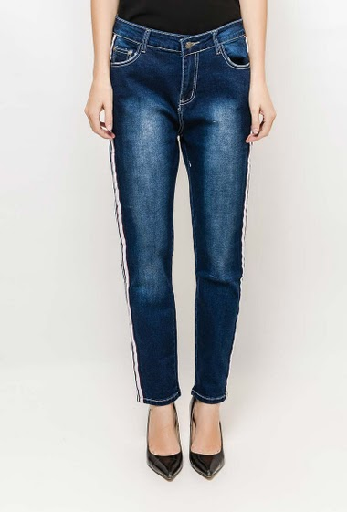 Plus size jeans. The model measures 177cm and wears T42