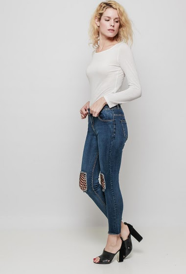 Faded and ripped jeans, fishnet yoke, raw edges, skinny fit. The mannequin measures 177 cm and wears M