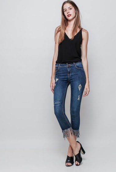 Ripped jeans, raw edges. The model measures 180cm and wears M