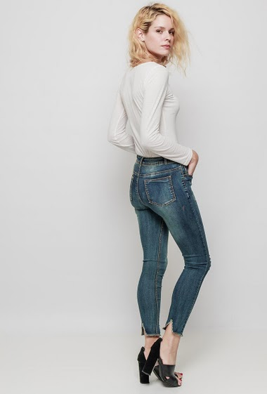 Faded jeans with rips, raw edges, skinny fit. The mannequin measures 177 cm and wears M