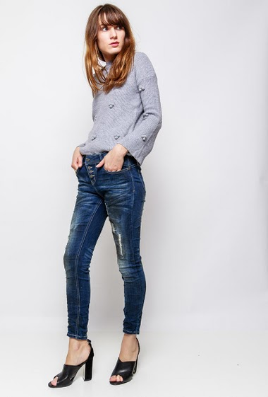 Jeans with button closure, rips. The model measures 178cm and wears 36