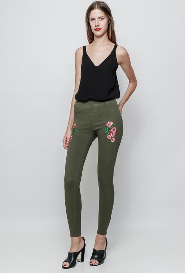 Leggings with elastic and high waist, embroidered flowers, skinny fit. The model measures 180cm and wears M