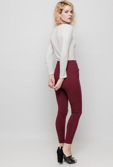 Legging à taille haute, fermeture zippée, zips décoratifs, coupe près du corps. La mannequin mesure 177 cm et porte du M