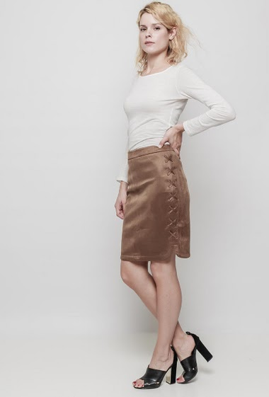 Suede skirt, zip back closure, lace-up side. The mannequin measures 177 cm and wears M