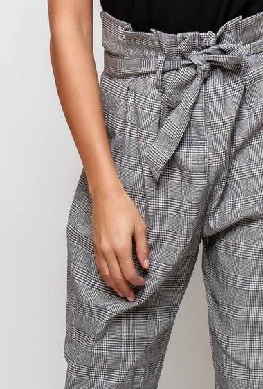 Pantalon style british, ceinture, poches, taille haute. La mannequin mesure 171cm et porte du M