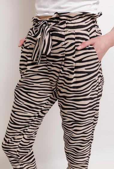 Pantalon fluide en coton. La mannequin mesure 177cm et porte du M