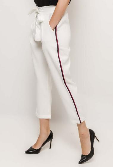 Pantalon taille haute, ceinture. La mannequin mesure 177cm et porte du M/38