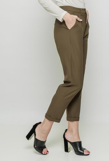 Chic pants, pockets, fluid fabric. The mannequin measures 177 cm and wears M